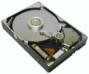 DATALABS лаборатория восстановления данных: жесткий диск фирмы Макстор с открытой крышкой, где видны магнитные диски и блок магнитных головок